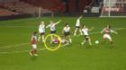 Ghê rợn tình huống nữ cầu thủ giẫm vào đầu đối phương