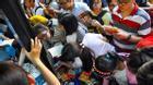 Hàng trăm bạn trẻ chen lấn mua sách giá 0 đồng tại đường sách Sài Gòn