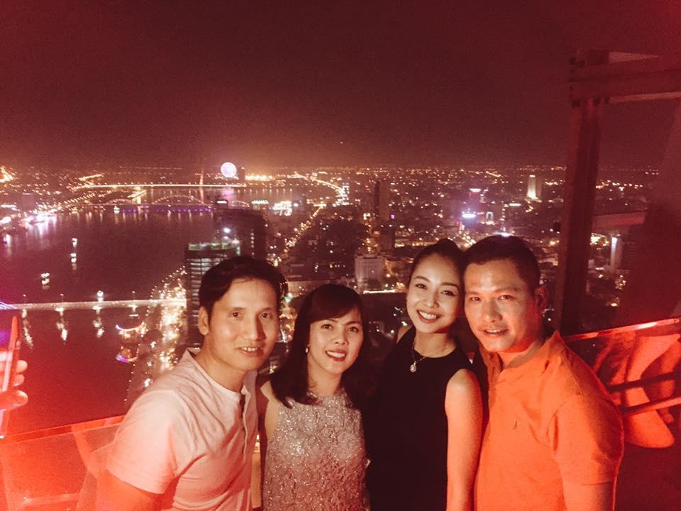 Facebook sao Việt: Vợ chồng  Jennifer Phạm ôm nhau trước mặt gia đình ở Đà Nẵng ảnh 4