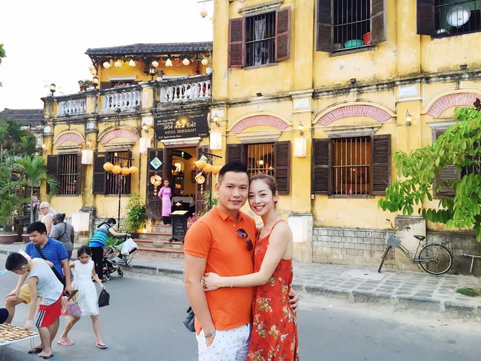 Facebook sao Việt: Vợ chồng  Jennifer Phạm ôm nhau trước mặt gia đình ở Đà Nẵng ảnh 1