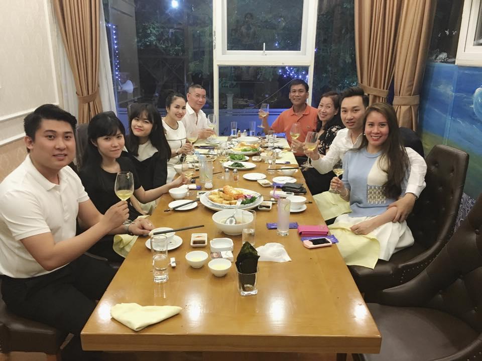 Facebook sao Việt: Vợ chồng  Jennifer Phạm ôm nhau trước mặt gia đình ở Đà Nẵng ảnh 13