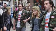 Hot boy nhà Becks và bạn gái hơn tuổi tay trong tay trên phố