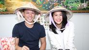 Hồ Hạnh Nhi cùng chồng đội nón lá đi ăn phở