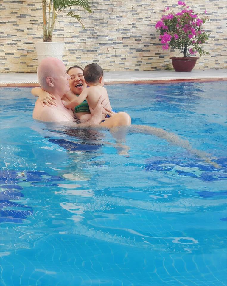 Facebook sao Việt: Chồng Thu Minh ôm trọn hai mẹ con dưới bể bơi ảnh 1