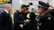 C. Ronaldo ký mỏi tay khi trở lại Manchester