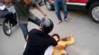 Chứng kiến chồng đánh vợ đến bất tỉnh giữa phố, người đi đường nổi giận can ngăn