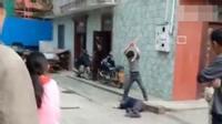 """Clip gây phẫn nộ: Con trai đánh bố như """"bổ củi"""" giữa đường phố, người đi đường bàng quan đứng nhìn"""