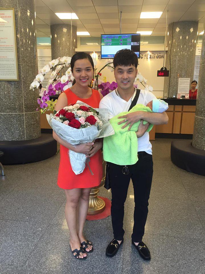 Facebook sao Việt: Vợ chồng Ưng Hoàng Phúc hạnh phúc đón con trai mới sinh về nhà - Ảnh 1