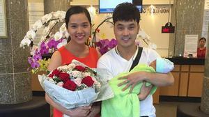 Facebook24h: Vợ chồng Ưng Hoàng Phúc đón con về nhà