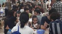 Hà Nội: Trung tâm thương mai đông nghịt người đến vui chơi