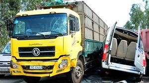 Vụ tai nạn 4 người chết: Xe khách vượt ẩu