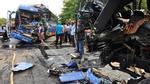 Ôtô khách đâm trực diện xe tải, tài xế chết trong cabin