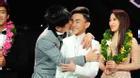 Đan Trường hôn chúc mừng hotboy của Thần tượng Bolero