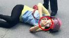 Bi hài người phụ nữ vật vã giữa đường sau tai nạn, vẫn vào mạng