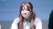 """Thành viên bất tài của IOI nhận """"gạch đá"""" khi cover lại SNSD"""