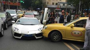 """""""Đã rách còn nát"""": Taxi va chạm siêu xe Lamborghini 23,5 tỷ"""