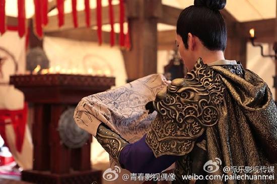 Tạo hình 'hoa mỹ nam' của Chung Hán Lương khiến fan thích thú