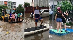 """Thuyền ôm, máy xúc, thảm trải nhà giúp người dân Hà Nội """"bay"""" qua vùng lụt"""