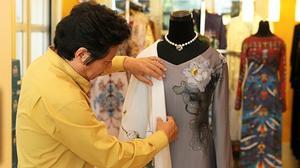 Việt Nam tặng áo dài hoa sen cho phu nhân Tổng thống Obama