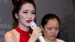 Hòa Minzy khóc nức nở bên cạnh mẹ của mình
