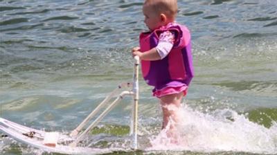 Bé gái 6 tháng tuổi biểu diễn lướt ván... điêu luyện