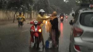 Hành động của cô gái với cụ già giữa cơn mưa lớn khiến nhiều người thấy mình thật nhỏ bé