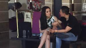 Hoa hậu Kỳ Duyên khoác tay tình tứ, nép sát vào bạn trai đại gia