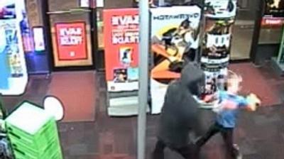 Cậu bé 7 tuổi dùng gấu bông đánh cướp có vũ khí