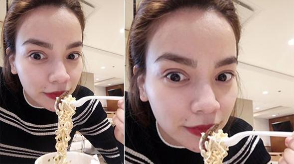 """Facebook 24h: Hà Hồ """"sáng mắt"""" khi được ăn mỳ tôm tại Mỹ"""