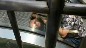 Kinh hoàng thợ sửa chữa bị thang cuốn 'nuốt chửng' ở Trung Quốc