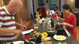 """Facebook 24h: """"Đột nhập"""" biệt thự xem vợ chồng Thu Minh vào bếp tiếp đãi bạn bè"""