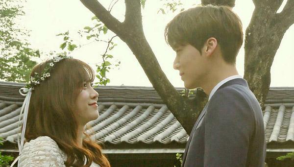 'Nàng cỏ' Goo Hye Sun khoe hình tình cảm bên chồng