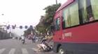 Clip: Người phụ nữ dừng đèn đỏ bị xe khách phía sau hất tung lên trời
