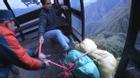Đang đưa thi thể khách Anh lên cáp treo về thị trấn Sa Pa