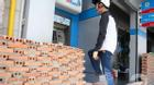 Chỉ có ở Sài Gòn: Muốn rút tiền ở bốt ATM, vào nhà, vào cơ quan thì phải... trèo tường
