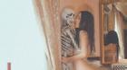 Cô gái gây sốc khi tự đăng lên Facebook bộ ảnh khỏa thân bên... bộ xương người