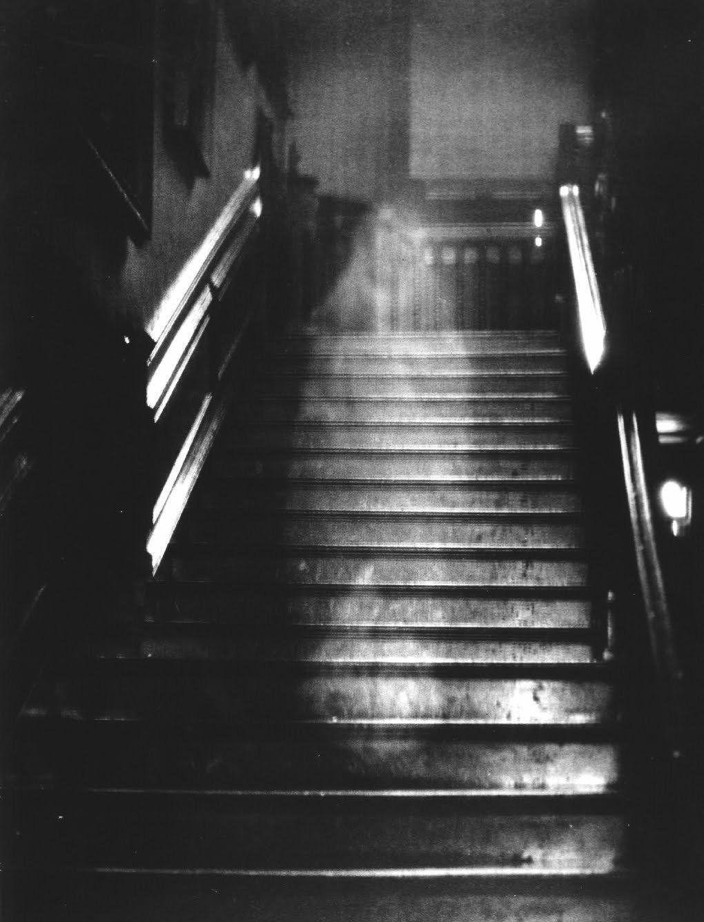 Bức Ảnh Chụp Năm 1936 Tại Rayham Hall, Norfold, Anh Này Là Một Trong Những  Bức Ảnh Ma Nổi Tiếng Nhất Trong Nhiều Thập Kỷ. Chiếc Bóng Xuất Hiện Trong  Tấm ...