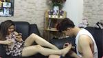 Facebook 24h: Không ngờ Tim lại có đủ kiên nhẫn ngồi tỉa móng chân cho Trương Quỳnh Anh