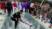 Du khách đua nhau đập cầu kính cao nhất thế giới bằng búa tạ
