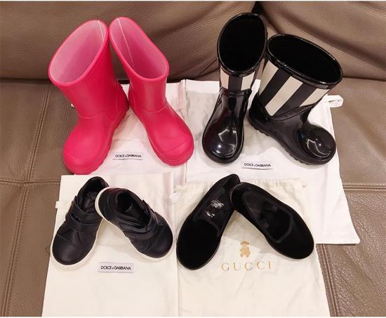 Những đôi giày, boots của hiệu Gucci, Dolce & Gabbana tiền triệu có trong tủ đồ của hai nhóc tỳ.