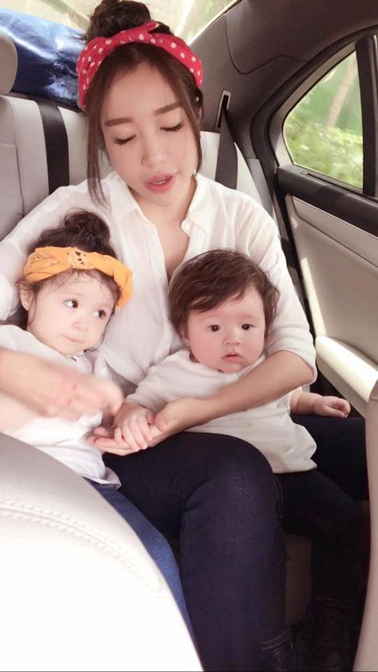 Những khi ra đường, Elly Trần thường lựa chọn trang phục tông xuyệt tông cho 3 mẹ con để tạo nên sự đồng điệu nhất.