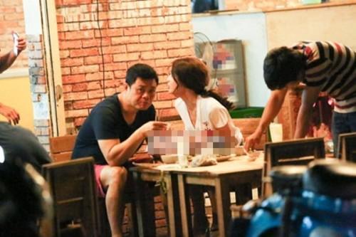 Cặp đôi bị bắt gặp đi ăn cùng nhau trên phố Nhiều lần,