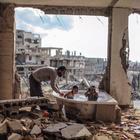 Giữa đổ nát chiến tranh, hình ảnh giản đơn này đã khiến bao người phải rơi lệ