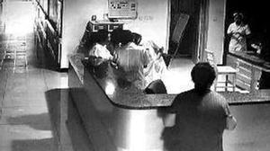 Bác sĩ túm tụm xem điện thoại, để mặc sản phụ bị chảy máu đến chết