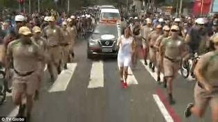 Một người đàn ông cố gắng cướp đuốc Olympic tại Sao Paulo