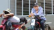 Khắc Việt làm xe ôm, bán cá viên, bốc gạch kiếm tiền chữa bệnh cho người yêu