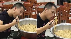 Anh lính cứu hỏa bỗng dưng nổi tiếng vì ăn hết một CHẬU mỳ tôm