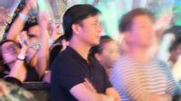 Clip: Đại gia Chu Đăng Khoa lặng lẽ đứng một góc sân khấu xem Hà Hồ biểu diễn