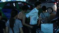 Người yêu điển trai sơ mi trắng xách đồ, nắm tay Văn Mai Hương trên phố