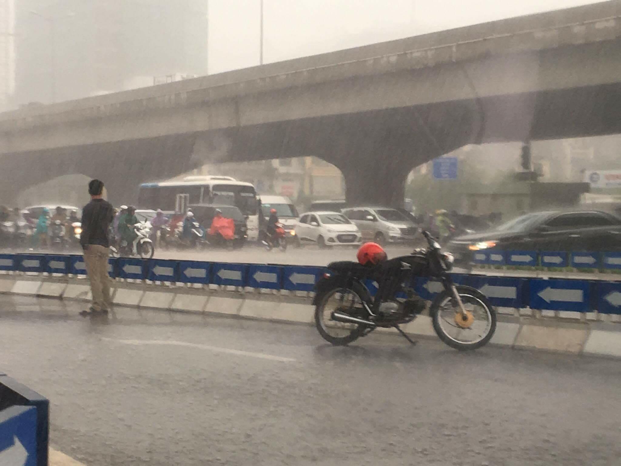 (2Sao) - Hình ảnh nam thanh niên đứng dưới trời mưa với tâm trạng khá u buồn đang được chia sẻ nhiều trên diễn đàn mạng.